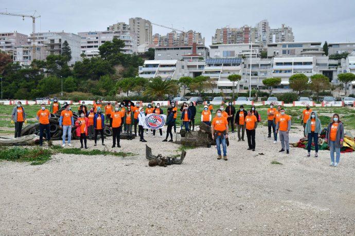 Korak blize prirodi_ronioci i zaposlenici pored izvadjenog otpada